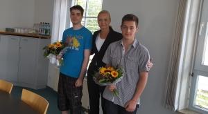Lukas Markert (l.) und Matthias Peter (r.) werden von Yvonne Klose zum Ausbildungsstart herzlich empfangen.