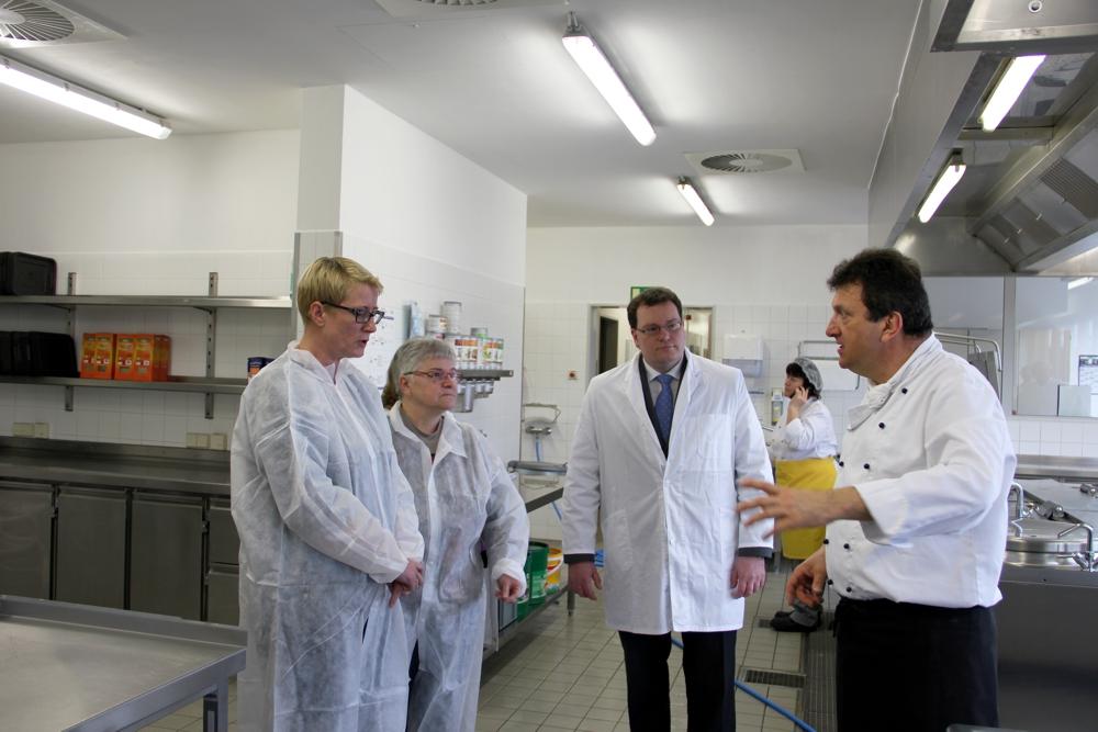 OBM Simone Luedtke und Ingeborg Weimann (links) sowie Felix Weiske und Bereichsleiter Andreas Diebel (r.) inmitten der neuen Küche in Borna.