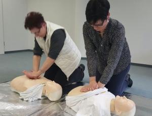 Neu gelernt: Erst nach 30facher Herz-Druck-Massage gibt es zwei Züge Luft.