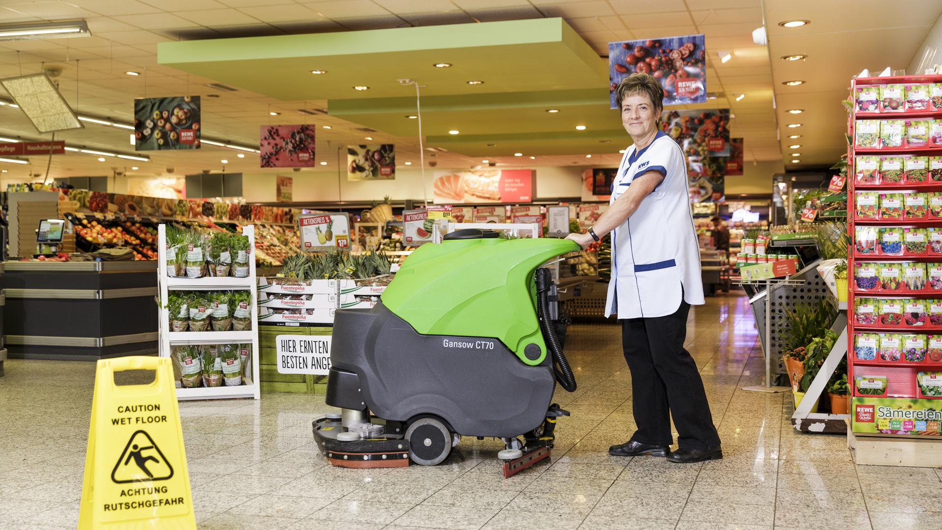 rws-gebauedeservice_einkaufsmarkt_reinigung_maschine_mitarbeiterin