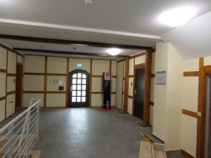 In der rechten Ecke des Eingangsbereichs steht auch heute noch ein betriebsbereiter Telefonapparat.