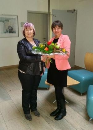 Blumen zum Betriebsjubiläum: Dank und Anerkennung von RWS-Gebietsleiterin Elke Reichardt (re.)