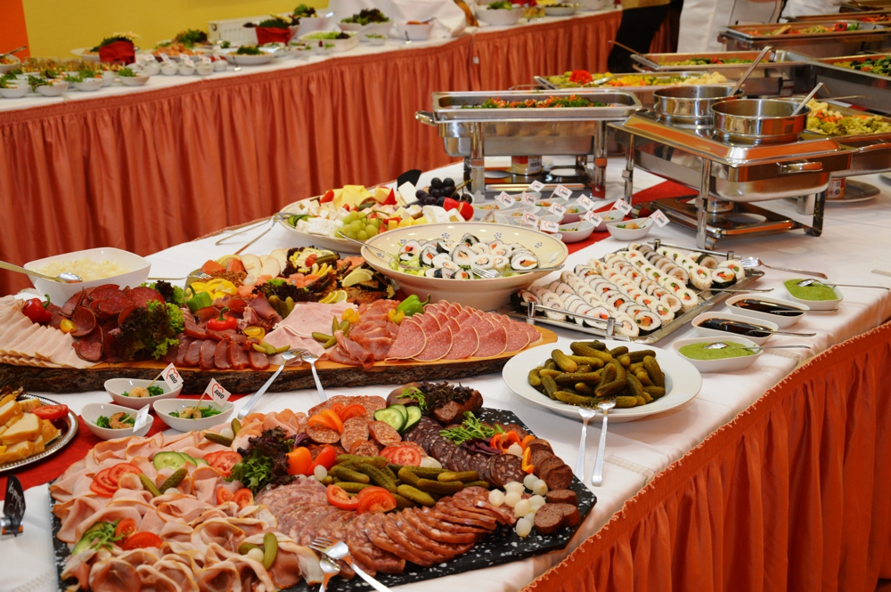 Wurst- und Bratenplatten sowie Edelfischvariationen, Sushi und eine Auswahl an mediterranen Käsesorten füllten das Buffet.