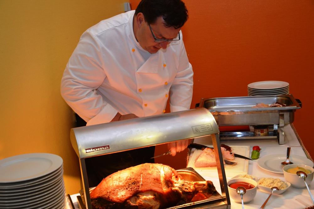 RWS-Koch Holger Ney tranchierte den Gästen frisch die knusprige Schweinekeule.