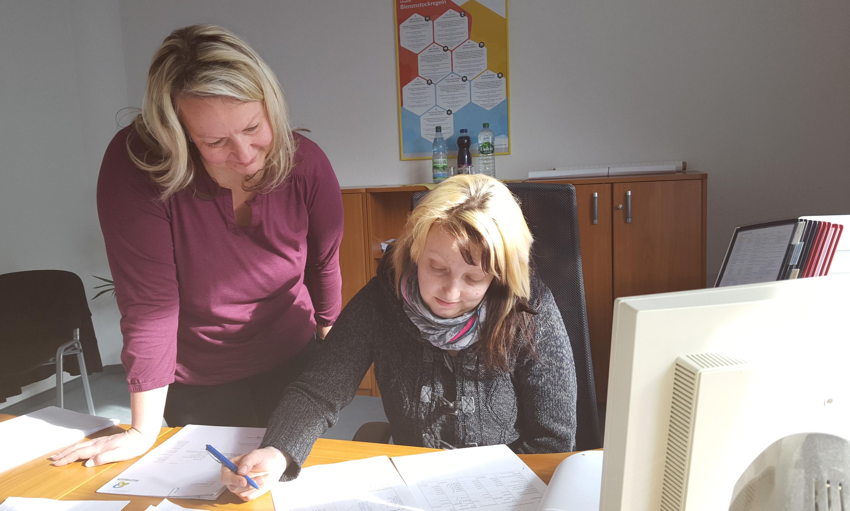 Theresa Schachtschabel (sitzend) wird von Anja Donat (stehend), Sekretärin der RWS-Niederlassung Erfurt, angeleitet