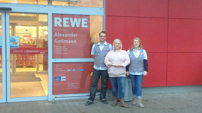 Mit ihnen fing alles an: REWE-Marktleiter Alexander Goßmann (l.) mit Ehefrau Sandra (r.) in Schmiedefeld, in der Mitte RWS-Gebietsleiterin Mandy Glaser.