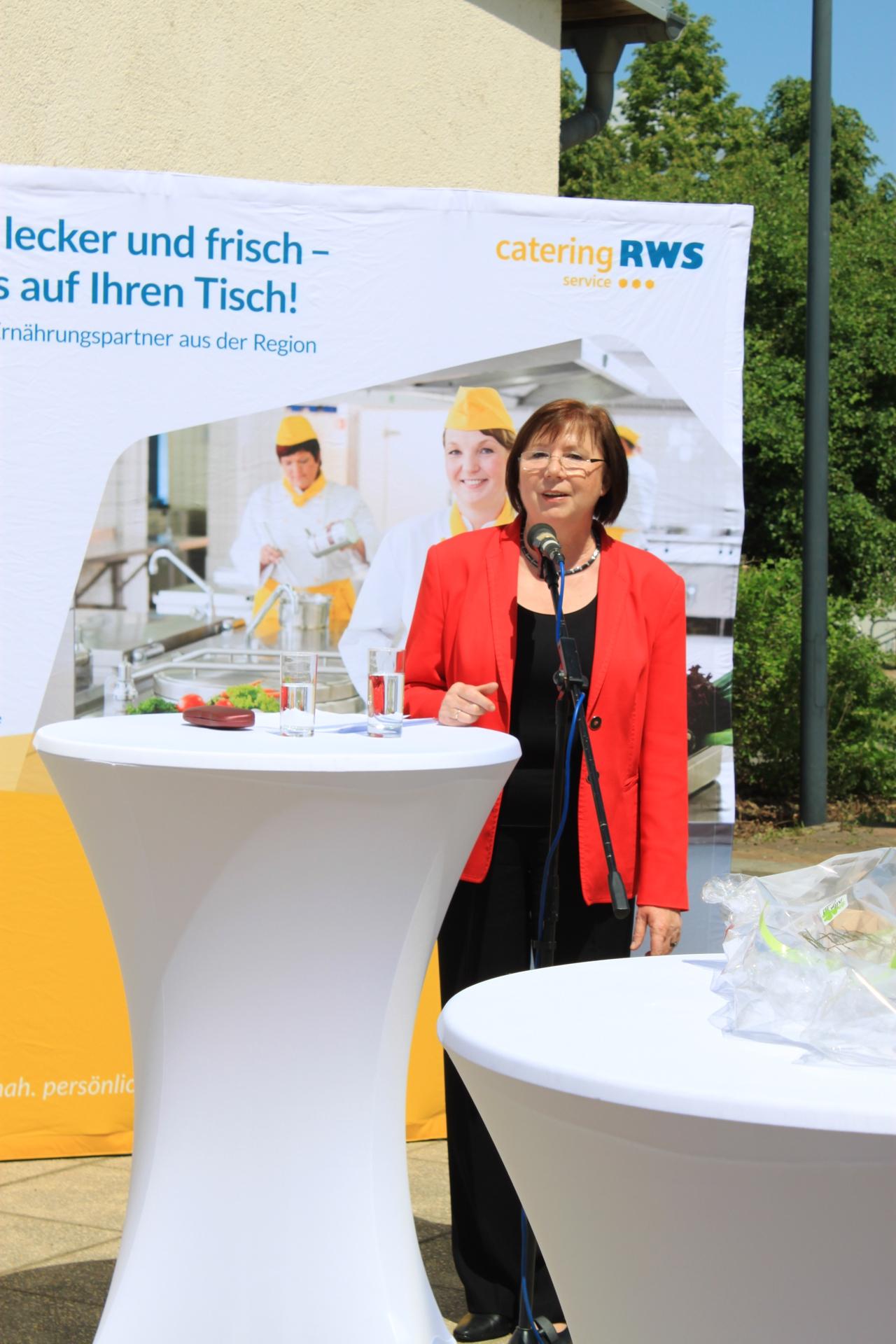 Christine Biermann, Geschäftsführerin der RWS Cateringservice GmbH, begrüßt Kunden, Interessenten, Anwohner und Baupartner zur feierliichen Eröffnung der neuen RWS-Küche in Borna.