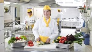 rws-cateringservice_kueche_koechin_portrait_gemuese schneiden