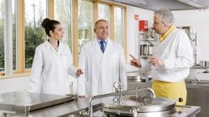 rws-cateringservice_kueche_rundgang_kunde_koch