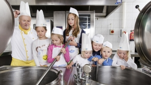 rws-cateringservice_kueche_tag der offenen kueche_kinder schauen in kessel