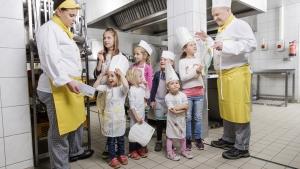 rws-cateringservice_kueche_tag der offenen kueche_kinder_schuerzen