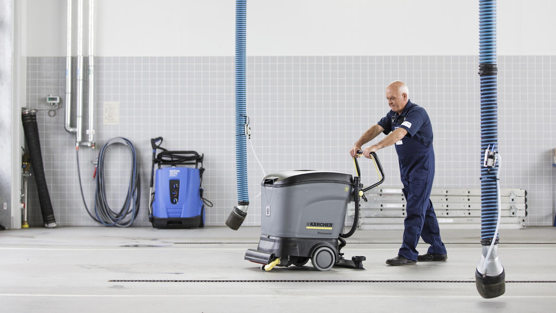 rws-gebauedeservice_reinigung_industriehalle_mitarbeiter