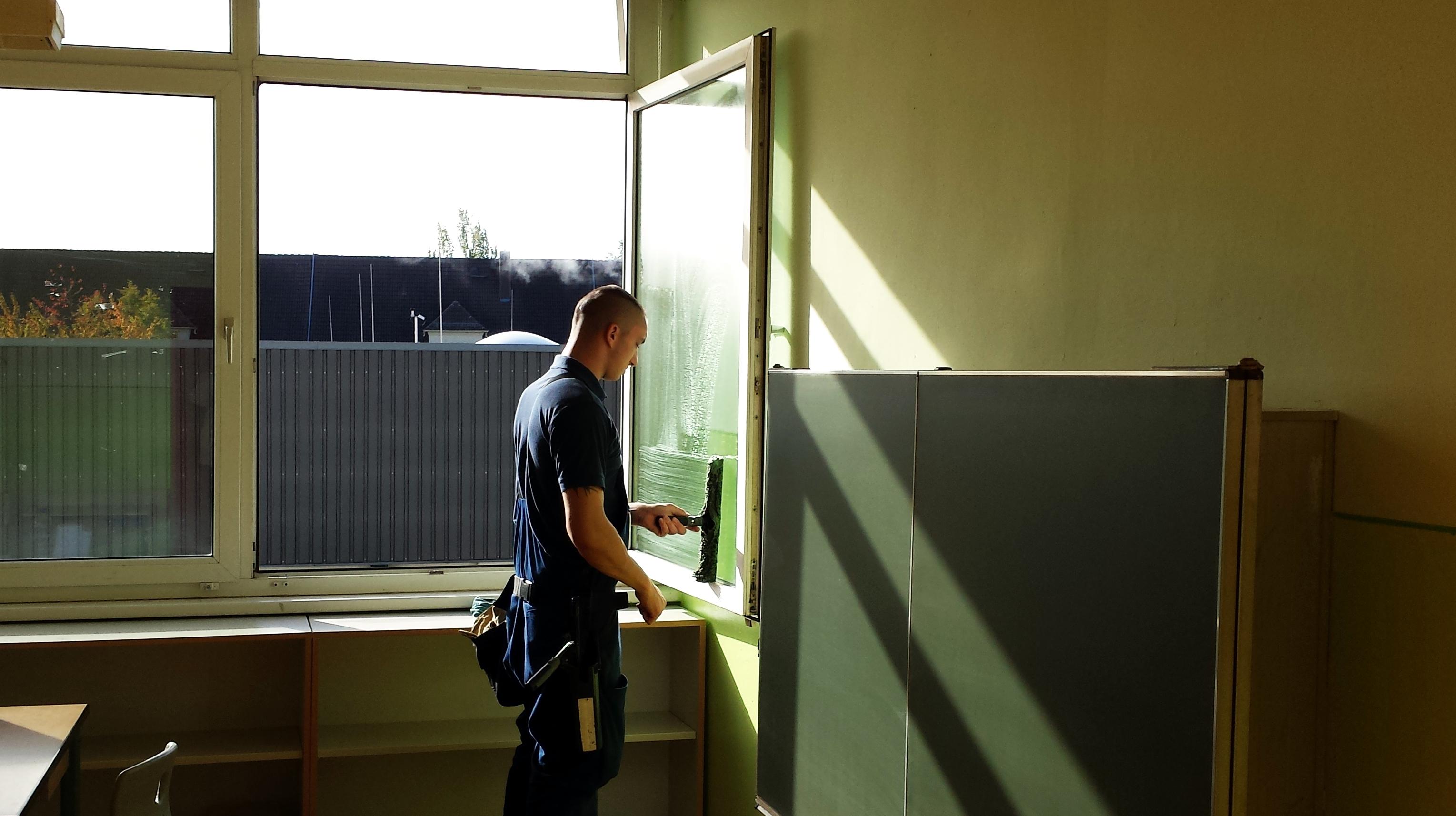 Ruck zuck wäscht RWS-Glasreiniger Kevin Hoffmann das Fenster mit dem Einwascher ein.