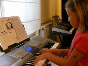 rws-gruppe_geyserhaus_leipzig_kind spielt klavier