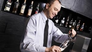 rws-sicherheitsservice_night audit_mitarbeiter_bar_bierzapfen