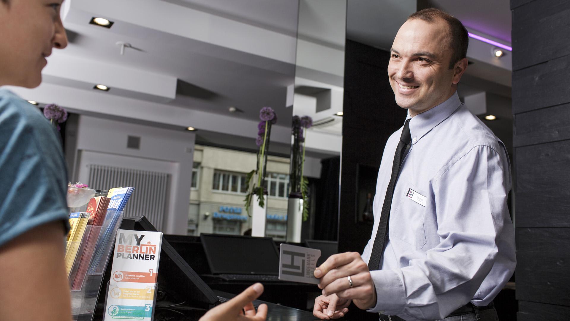 rws-sicherheitsservice_night audit_mitarbeiter_rezeption_schluesselkarte_gast