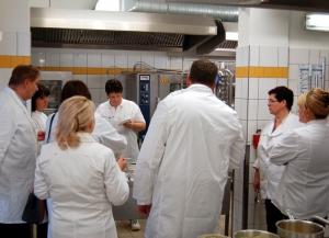 Bei den RWS-Schulungen stehen Küchenleiter und Bereichsleiter gleichermaßen am Kochtopf: Probieren geht über Studieren
