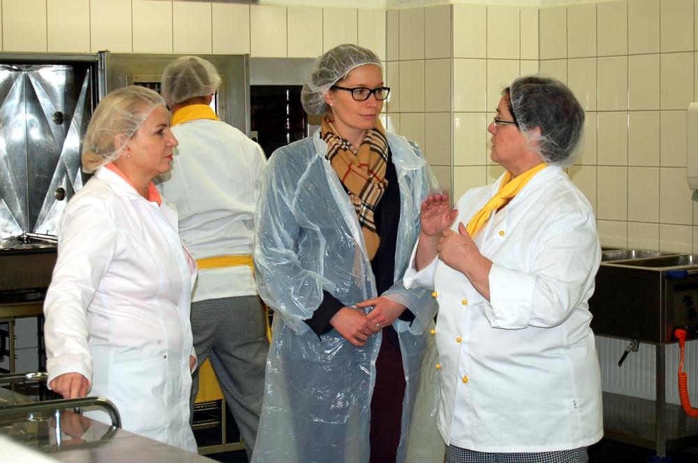 Torgauer OBM Romina Barth (Mitte) im Gespräch mit RWS-Bereichsleiterin Elvira Schmidt (l.) und Jutta Urbig (r.), Leiterin der RWS-Küche in Torgau.